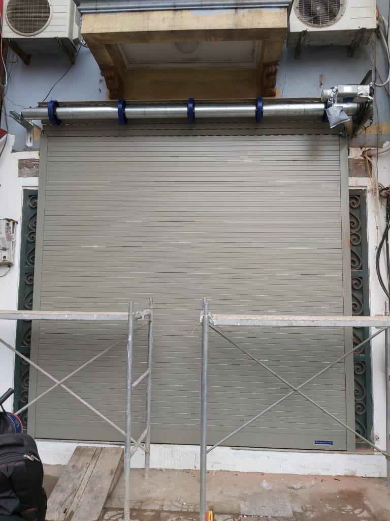 Cửa được đóng hoàn toàn khép kín và để lộ trục quay motor