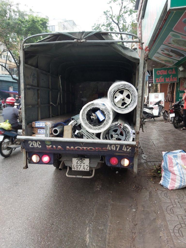 Hình ảnh thực tế xe vận chuyển cửa đến địa chỉ 48 Lạc Trung