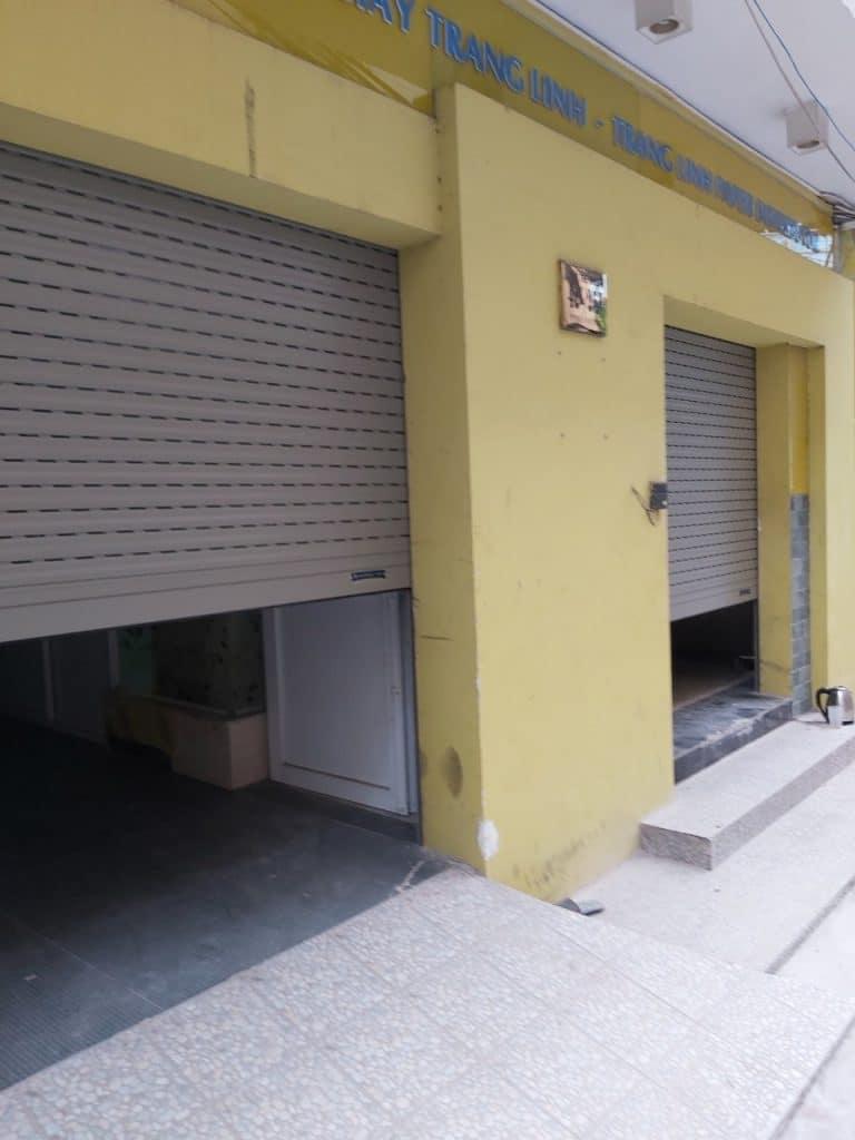 Hai cửa được vận hành kéo xuống