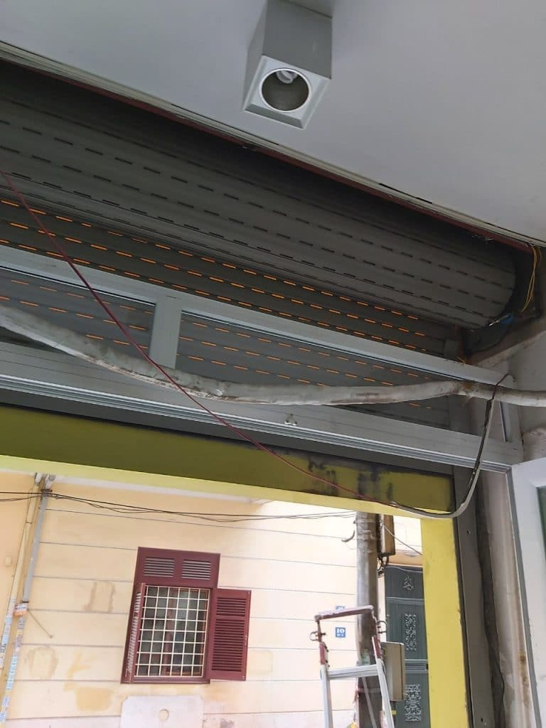 Hình ảnh trục cuốn khi cửa kéo hết lên