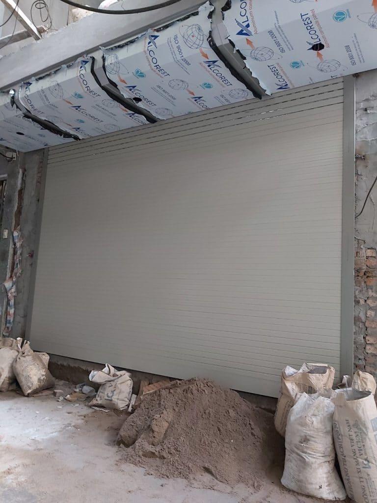 Bộ cửa hoàn chỉnh sau khi lắp đặt và được đóng xuống có khe thoáng