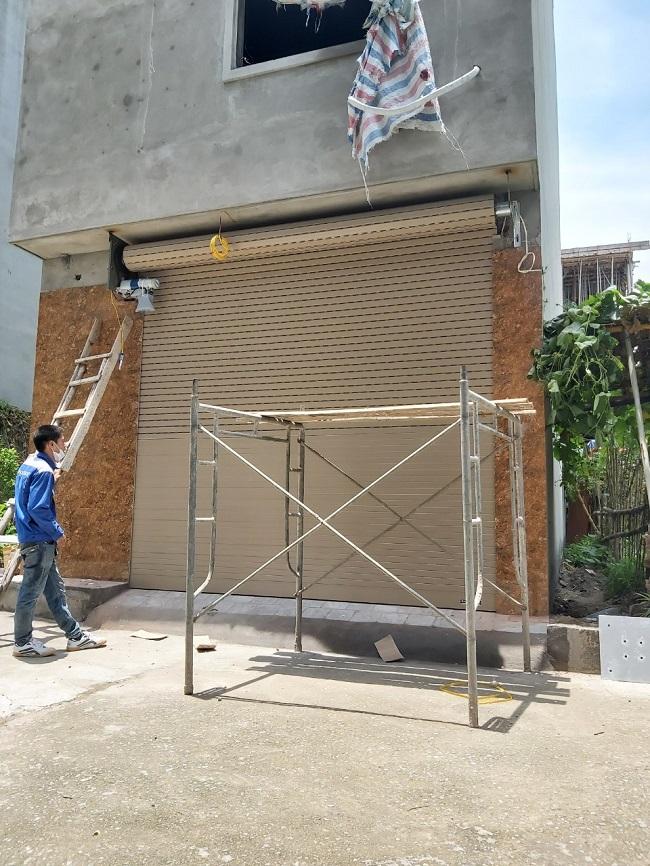 Cửa được đóng xuống hoàn toàn nhưng để lại nan khe thoáng 1/3 diện tích cửa